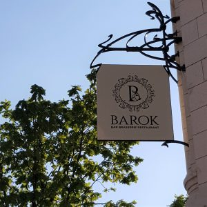 "Enseigne drapeau du restaurant ""Le Barok"""